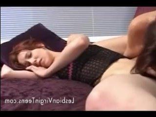 Мамка девушки отлизывает письку спящей дочери