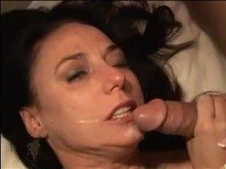 Порно фильм: зрелых дам трахают молодые парни во все дырки