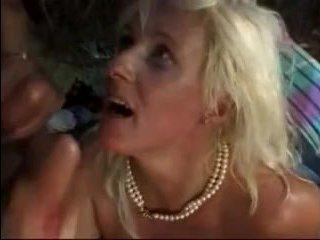 Жесткое порно бабушки анальщицы вечером на качели