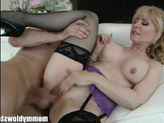 Секс и эротика: мама и сын предаются разврату на диване