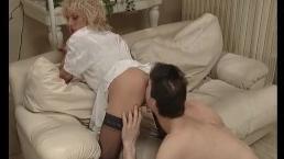 Муж лижет пизду худышке жене и получает в ответ минет