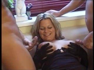 Групповое  женщин в возрасте привлекает секс с двумя парнями