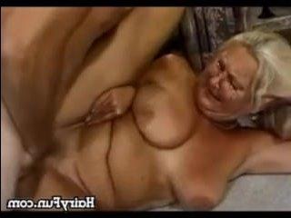 Восхитительная ебля с бабушками, которых имеют молодые парни