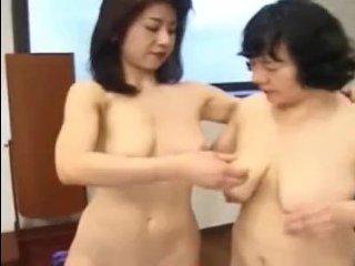 Лесбиянка страпонит свою зрелую подругу в дырочку