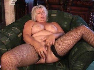 Бабушка трахается с прозрачным фаллоиметатором