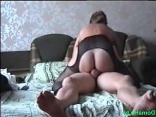 Домашнее видео: голая русская женщина трахается с мужем