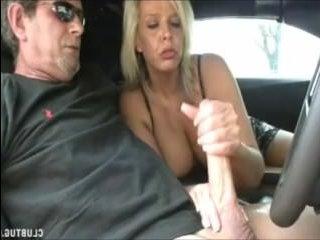 Pрелые в машине решили развлечься, подрочив хуй