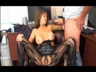 Сексуальный парень трахает взрослую женщину, порноактрису