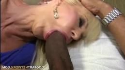 Мускулистые негры ебут шикарную блондинку в ее доме