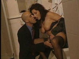 Порно с красивыми зрелыми тёлками в чулках, которые любят трахаться стоя