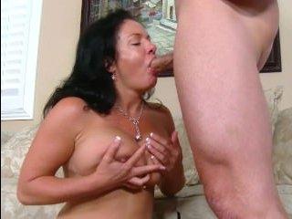 Сын трахает маму с большими сиськами после куни