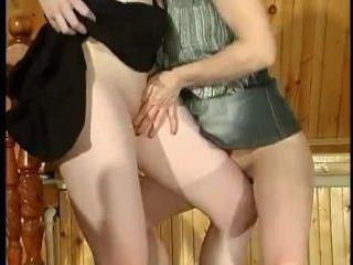 Вместо зарядки 2 лесбиянки занимаются сексом в доме