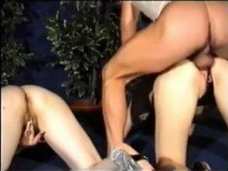 Две сексуальные милфы дают анал мужику с большим членом