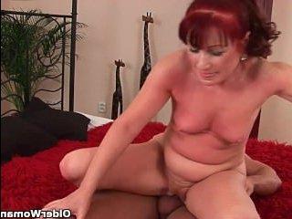 Жаркий секс женщины в возрасте с молодым парнем