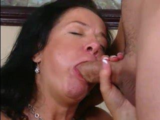 Зрелая женщина занимается сексом с молодым любовником