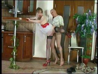 Домашний секс со зрелой мамой подарил парню дикий оргазм