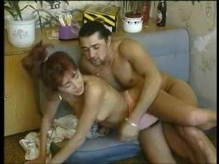 Рыжая мамаша снимается в домашнем видео