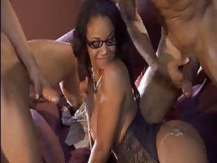 Порно с молоденькой училкой темного цвета кожи и ее учениками