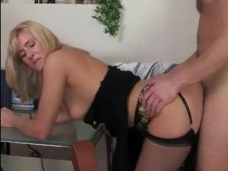 Секс со зрелой красоткой в сексуальном белье и черных чулках