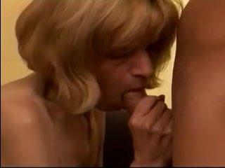 Приглашенный молодой парень трахает бабку в гостиной