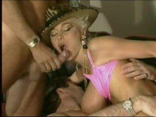Немецкий групповой секс в блондинкой с большими сиськами