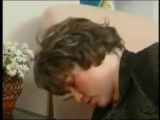 Русская лесби уговорила подругу помоложе на секс
