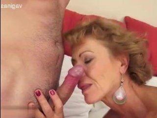 Похотливый внук трахает бабушку в пизду и кончает в рот