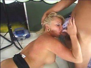 Жесткий секс в магазине с блондинкой на фоне флага США