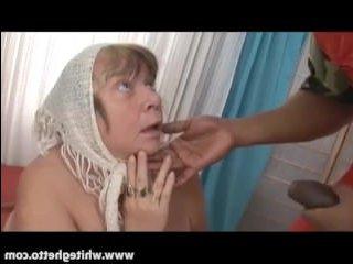 Негр трахает бабулю с огромными сиськами и кончает ей в пизду