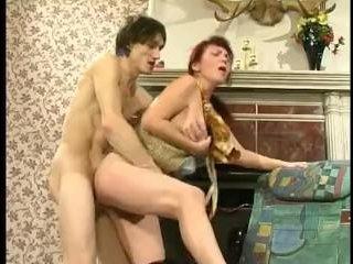 Порно дам в возрасте с симпатичными молодыми парнями