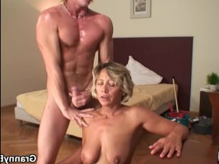 Мама убирается в комнате сына, соблазняя его на интим