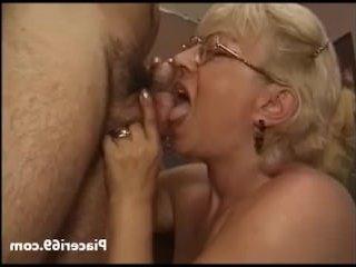 Старая бабка трахает молодого и делает ему минет
