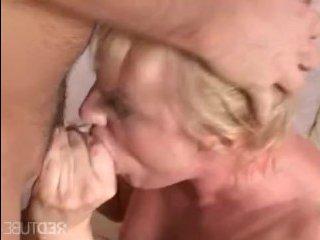 Голая блондинка стоит раком и трахается, только так получая кайф