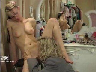 Голые девушки в примерочной лижут мокрые киски