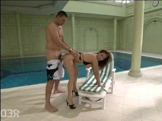 Секс с рыжей у бассейна: муж трахнул свою жену по полной