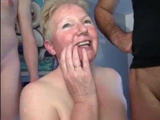 Молодые парни ебут толстую маму то в рот то в пизду