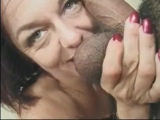 Голая взрослая женщина сосёт сразу два члена перед сексом