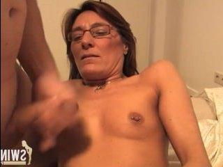 Ненасытные голые девушки с пирсингом на сосках трахаются с мужиком