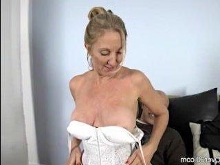 Порно трах: зрелые муж и жена занимаются сексом на диване