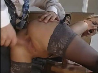 Сексуальная блондинка-секретарша сосёт у начальника