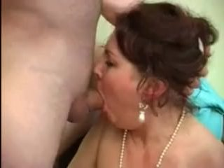 Ебут пьяную маму в рот и волосатую киску, пока она не пришла в себя