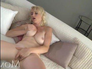 Сочная вагина зрелой дамы, которую она мастурбирует на камеру