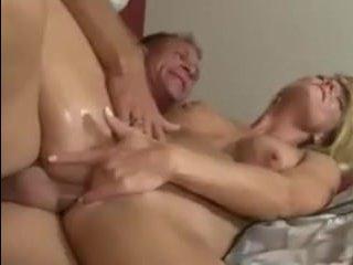 Молодая жена дрочит в ванной и соблазняет мужа на секс