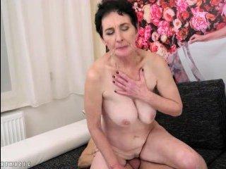 Зрелая мать глотает сперму сына, отсосав его крепкий хуй