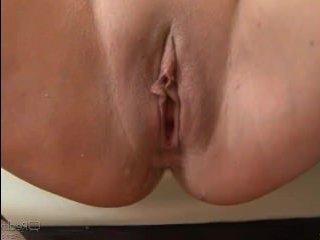 В порно два мужика и телка трахаются на диване втроем