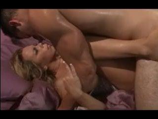 Парень трахает зрелую женщину на большой кровати