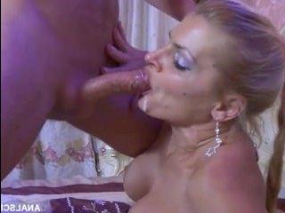 Мужчина занимается анальным сексом с женщиной в чулках с татуировкой на груди
