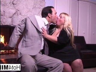 Зрелый мужчина трахает толстую блондинку в киску