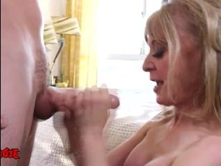 Страстный секс зрелой с молодым парнем на большой кровати