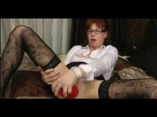 Порно фистинг: мама с рыжими волосами трахает себя огромным самотыком